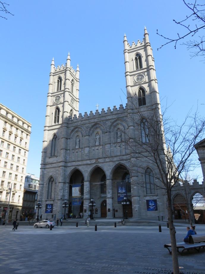 La façade de la basilique ne fait pas rêver...