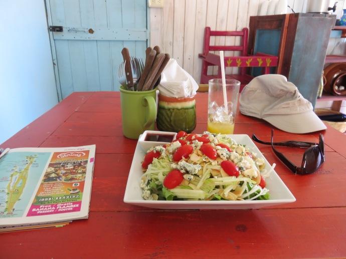 Salade de mangue, ananas, pomme, tomates cerise, roquefort, sauce aux fruits rouges et jus de mangue !